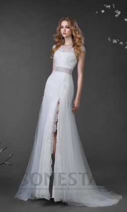 Прямое свадебное платье с ажурной отделкой лифа и широким поясом лавандового оттенка.