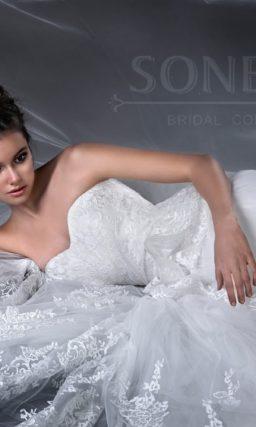 Роскошное свадебное платье с пышным силуэтом, дополненным объемной кружевной баской.