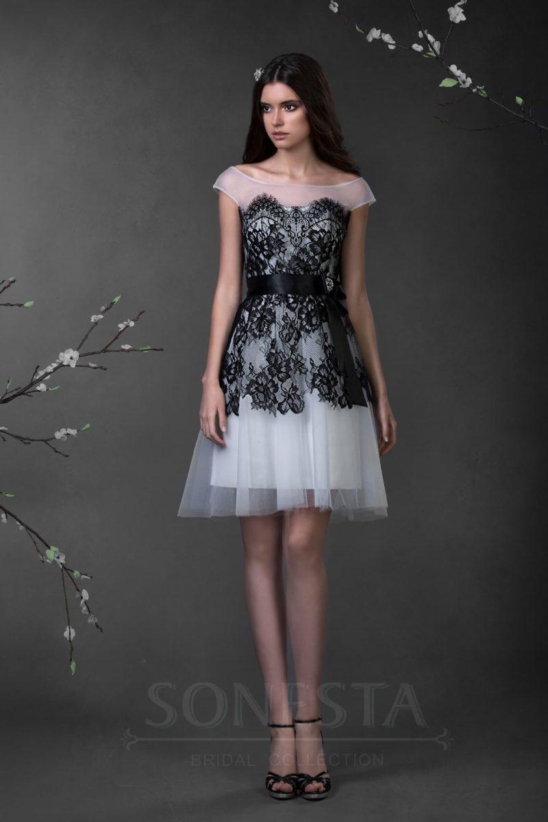 Необычное свадебное платье до колена, украшенное черным кружевом по лифу и верху подола.