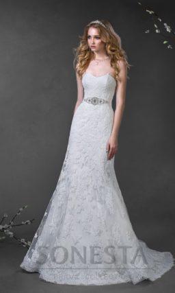 Прямое свадебное платье с отделкой из кружевной ткани и ажурным болеро.