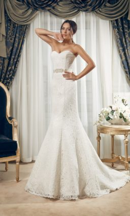 Кружевное свадебное платье силуэта «рыбка» с широким атласным поясом.