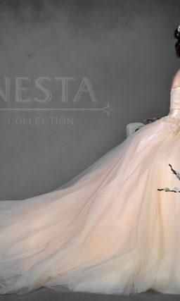 Пышное свадебное платье золотистого цвета с фактурными вставками по талии и на лифе.