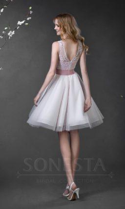 Романтичное короткое свадебное платье с цветным поясом и глубоким декольте на спинке.