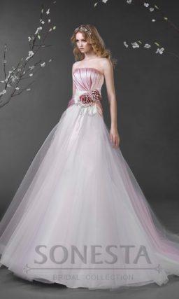 Свадебное платье силуэта «принцесса» с открытым атласным корсетом нежного розового цвета.
