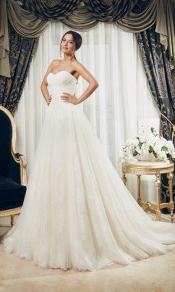 Свадебное платье с пышным силуэтом, открытым корсетом с драпировками и шлейфом.