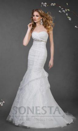 Облегающее свадебное платье «рыбка» со шлейфом и фактурными складками по подолу.