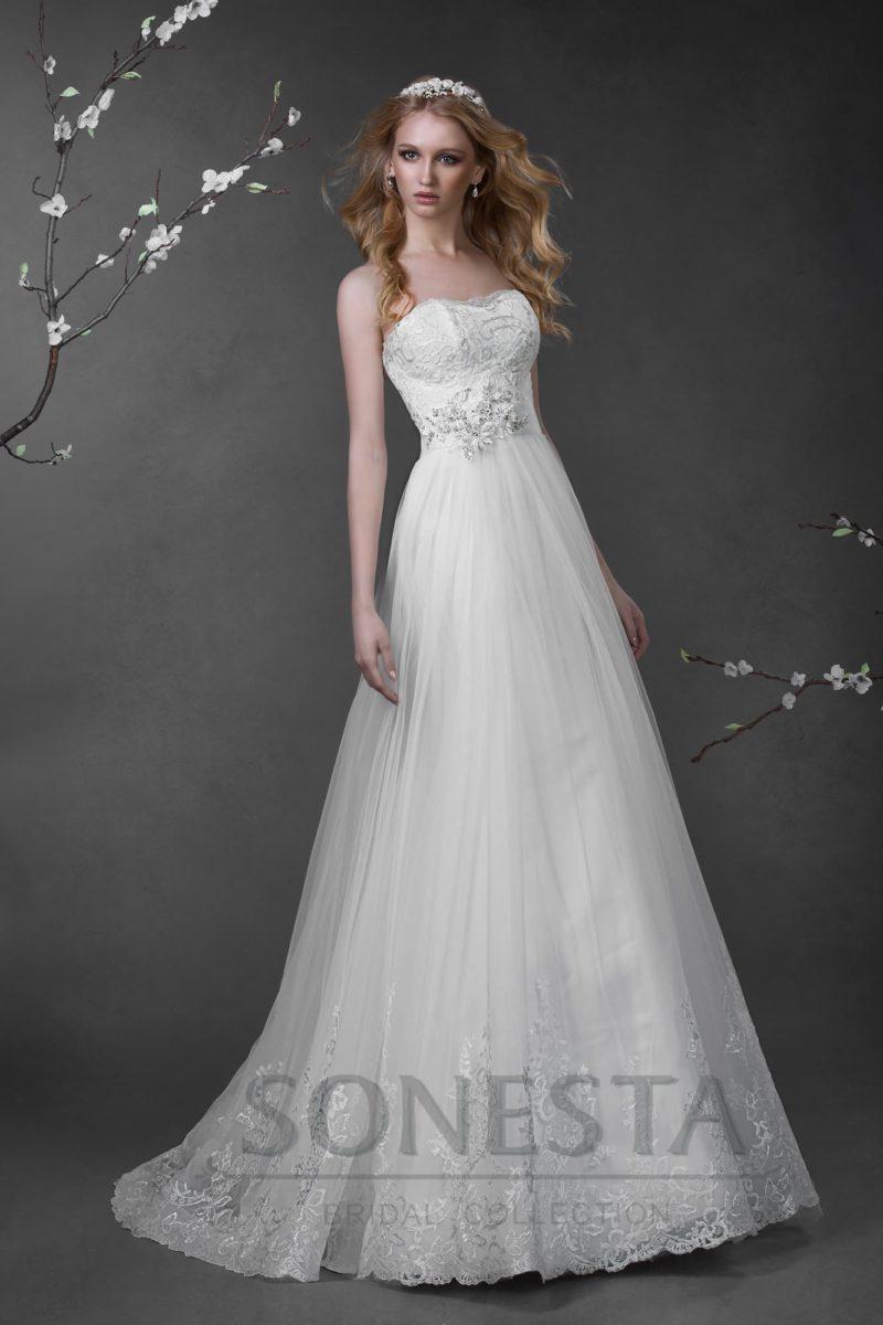 Свадебное платье «принцесса» с кружевной отделкой по нижней части юбки и открытым корсетом.