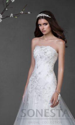 Открытое свадебное платье силуэта «принцесса» с глянцевым декором на корсете.
