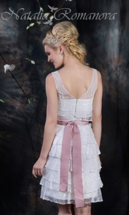 Короткое свадебное платье, по всей длине покрытое полупрозрачными горизонтальными оборками.