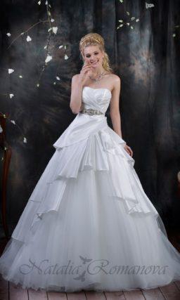 Свадебное платье из атласной ткани, оборками спускающейся по юбке А-силуэта.