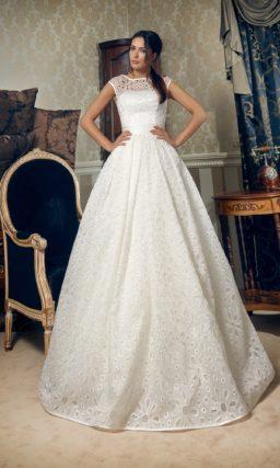 Пышное свадебное платье, декорированное ажурной тканью с крупным рисунком.