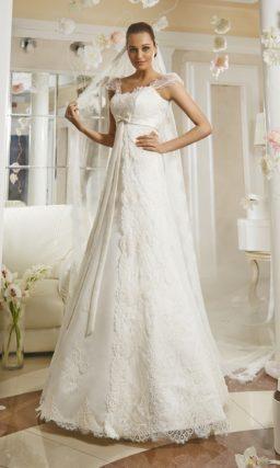 Прямое свадебное платье с прозрачными рукавами-фонариками и атласным поясом.