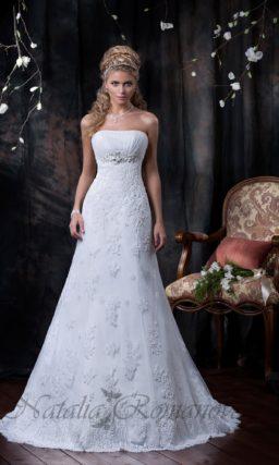 Прямое свадебное платье с кружевной отделкой от завышенной талии до низа подола.
