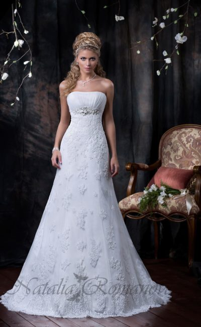 Прямое свадебное платье с кружевной отделкой