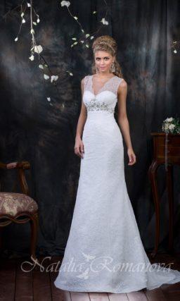 Кружевное свадебное платье «рыбка» с V-образным вырезом и широкими бретелями.