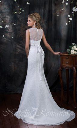 Прямое свадебное платье с длинным шлейфом из ажурной ткани с V-образным лифом.