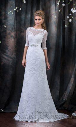 Закрытое свадебное платье «рыбка», по всей длине покрытое кружевом и украшенное вырезом сзади.
