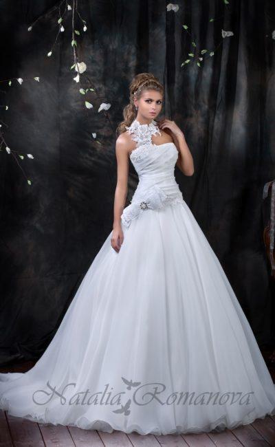 Свадебное платье А-силуэта с открытым лифом, дополненным кружевом, создающим воротник.