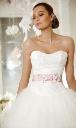 Открытое свадебное платье пышного силуэта с атласным розовым поясом.