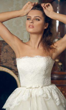 Пышное свадебное платье с открытым лифом прямого кроя и кружевной баской.