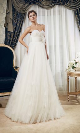 Свадебное платье силуэта «принцесса» с фигурным лифом и широким поясом с драпировками.