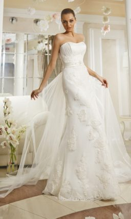 Открытое свадебное платье «принцесса» с драпировками на лифе и прозрачной верхней юбкой.