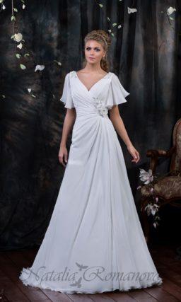 Романтичное свадебное платье с женственными драпировками и короткими пышными рукавами.