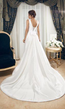 Атласное свадебное платье прямого силуэта с V-образным вырезом и шлейфом.