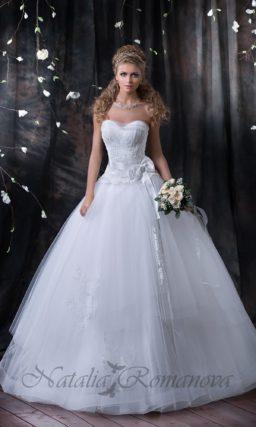 Открытое свадебное платье пышного силуэта с корсетом, покрытым кружевной тканью.