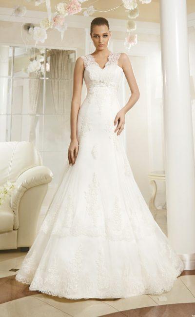 Свадебное платье силуэта «рыбка» с V-образным кружевным вырезом и атласным поясом.
