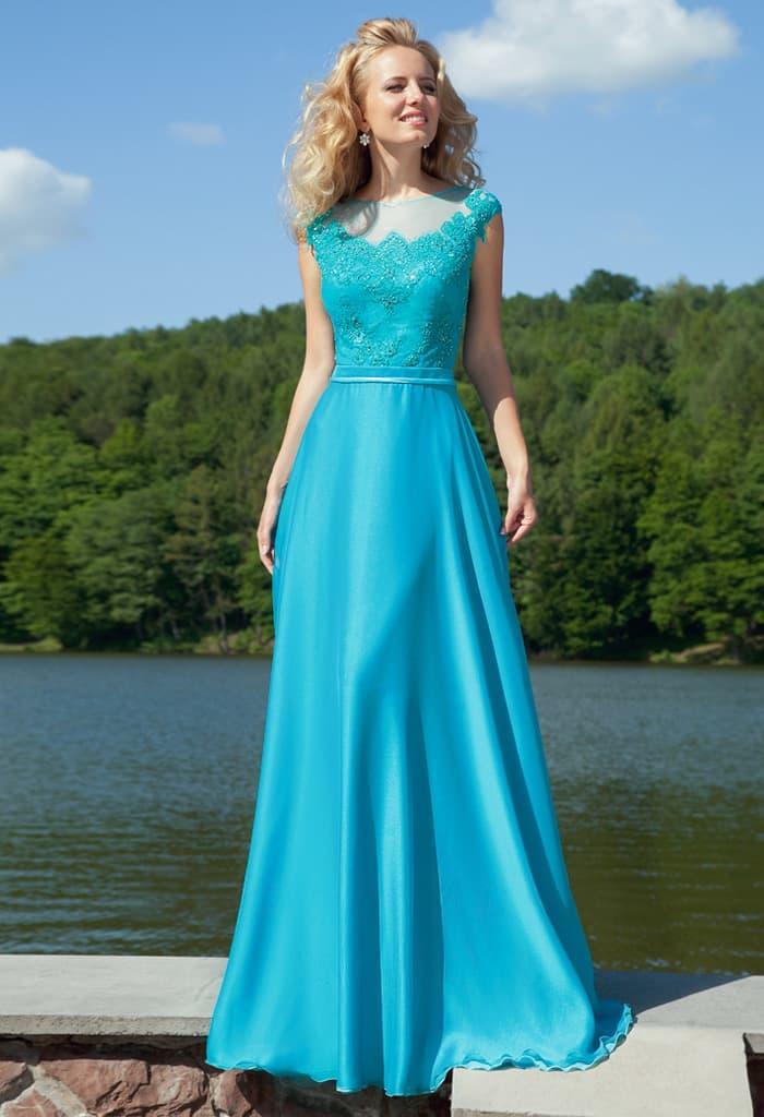 Прямое вечернее платье голубого цвета с закрытым лифом, украшенным кружевной тканью.