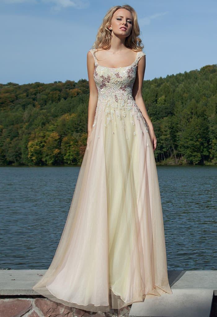 Элегантное вечернее платье золотистого цвета с фактурной вышивкой по лифу с бретелями.