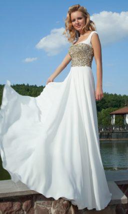Белое расшитое вечернее платье