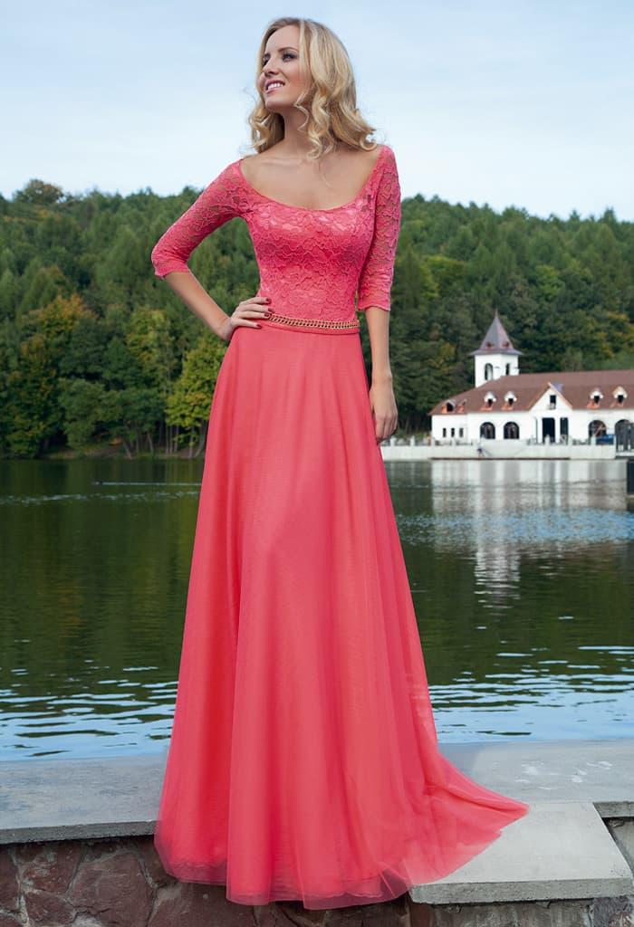Розовое вечернее платье с кружевным лифом с рукавом и шифоновой юбкой прямого кроя.