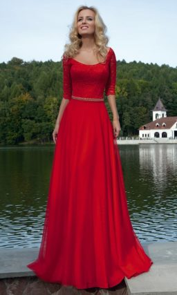 Страстное алое вечернее платье с кружевным верхом с рукавами в три четверти и юбкой прямого кроя.