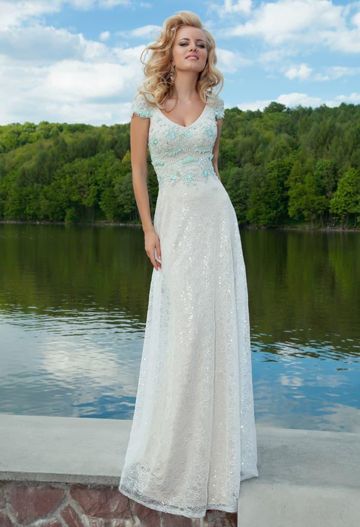 Прямое вечернее платье с голубым кружевом на лифе и глянцевой отделкой юбки.