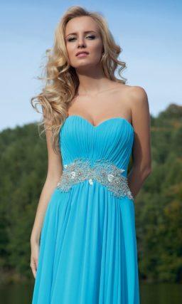 Открытое вечернее платье прямого силуэта насыщенного голубого цвета, украшенное вышивкой на талии.
