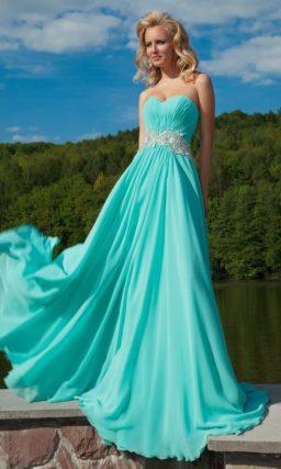 Лазурное вечернее платье с открытым лифом и широким расшитым бисером поясом на талии.