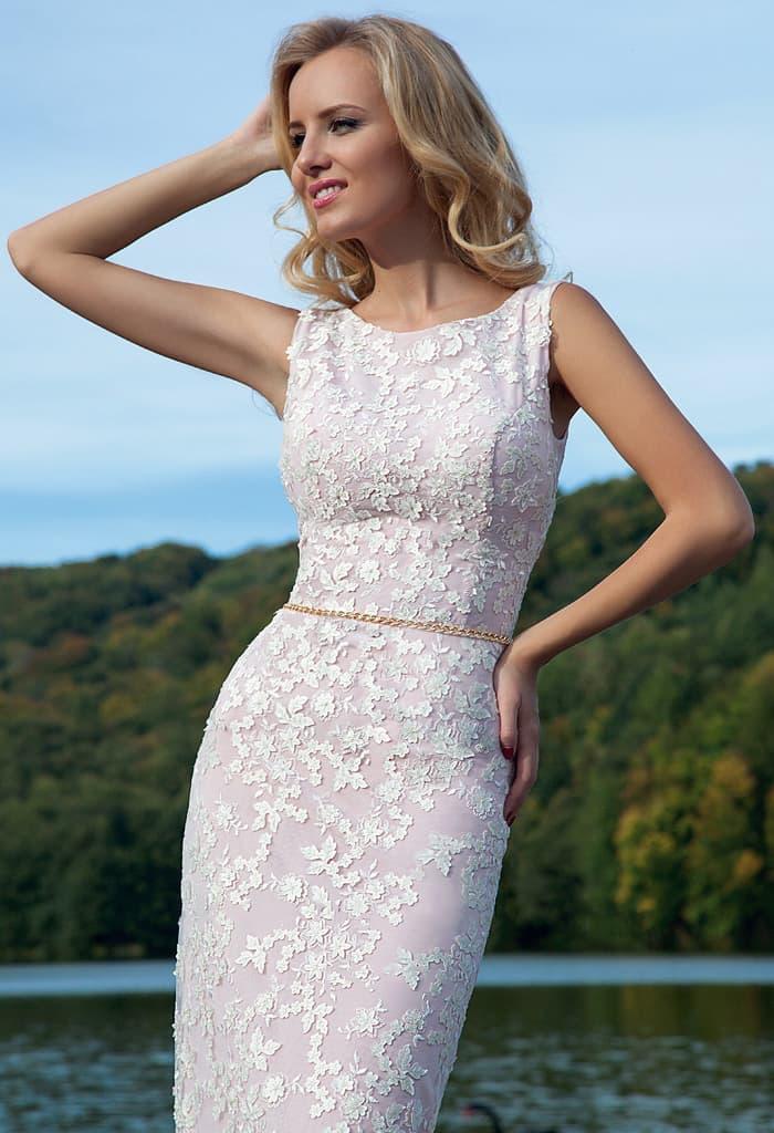 Изысканное вечернее платье кремового оттенка с отделкой мелким романтичным кружевом.