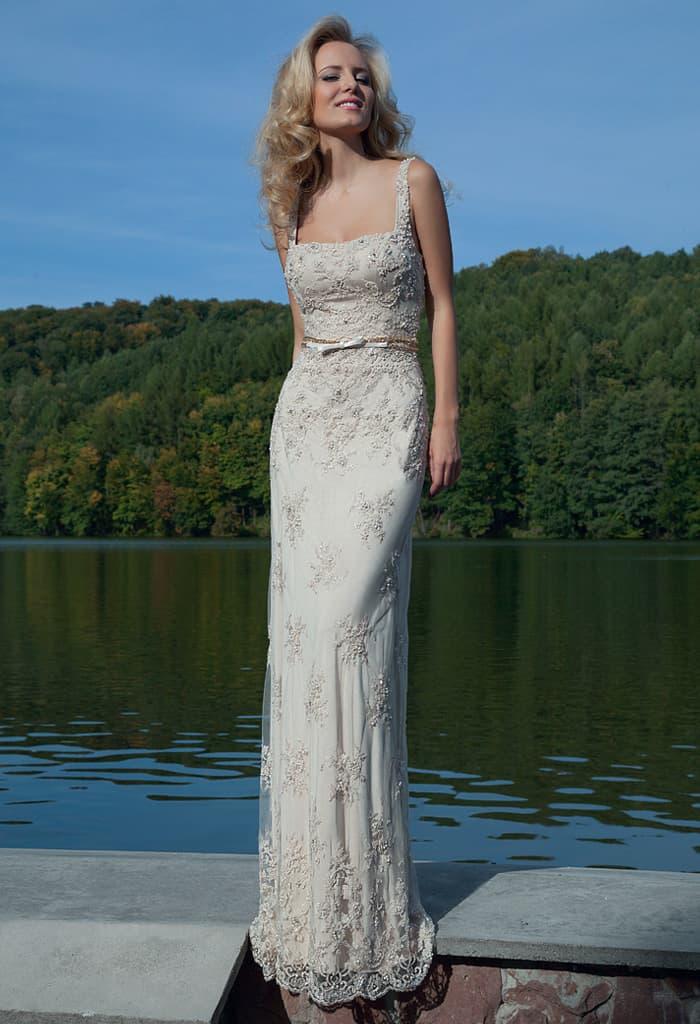 Прямое вечернее платье с вышивкой по всей длине и декольте каре с симметричными бретелями.