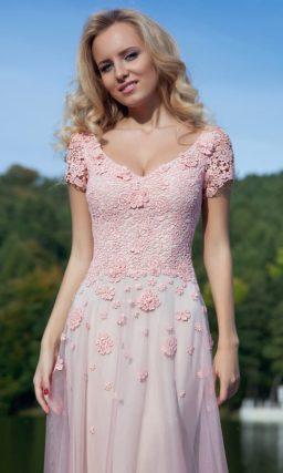Оригинальное вечернее платье с розовой юбкой с эффектом омбре и кружевным верхом.