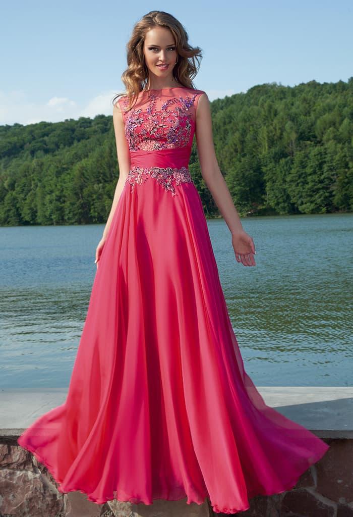 Закрытое вечернее платье малинового цвета с фактурными аппликациями на лифе и прямой юбкой.