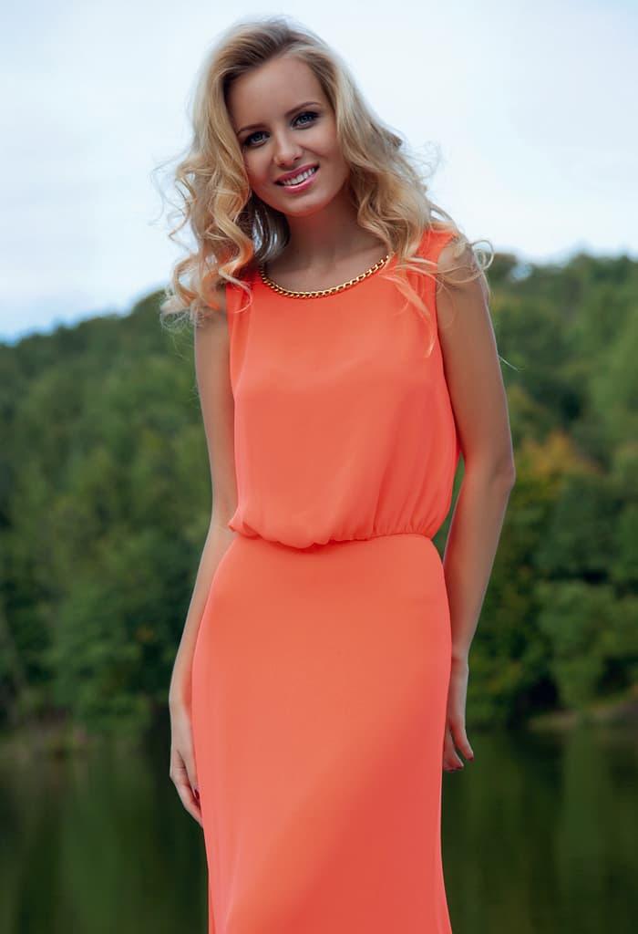 Выразительное вечернее платье кораллового цвета с прямым силуэтом и округлым вырезом.