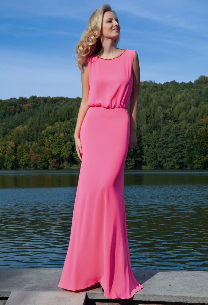 Лаконичное вечернее платье с закрытым лифом и юбкой прямого кроя.