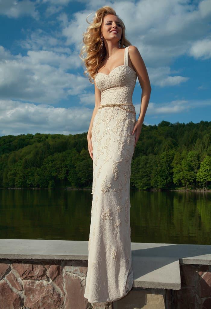 Кружевное вечернее платье прямого силуэта с открытым лифом и узким сверкающим поясом.