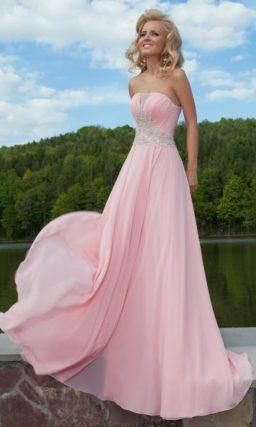 Шифоновое вечернее платье розового цвета со сверкающей вышивкой на корсете с открытым декольте.