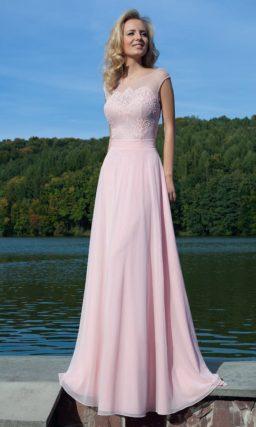 Деликатное вечернее платье пастельного розового цвета с кружевным лифом и открытой спиной.