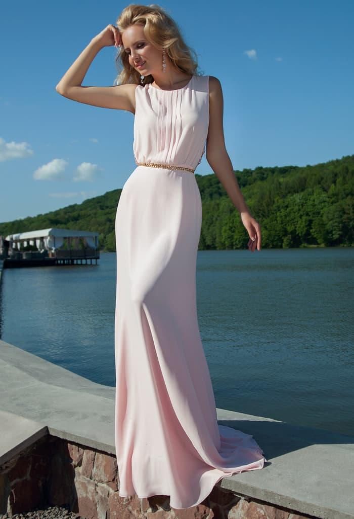 Прямое вечернее платье розового цвета с закрытым лифом и ажурной спинкой с вырезом.