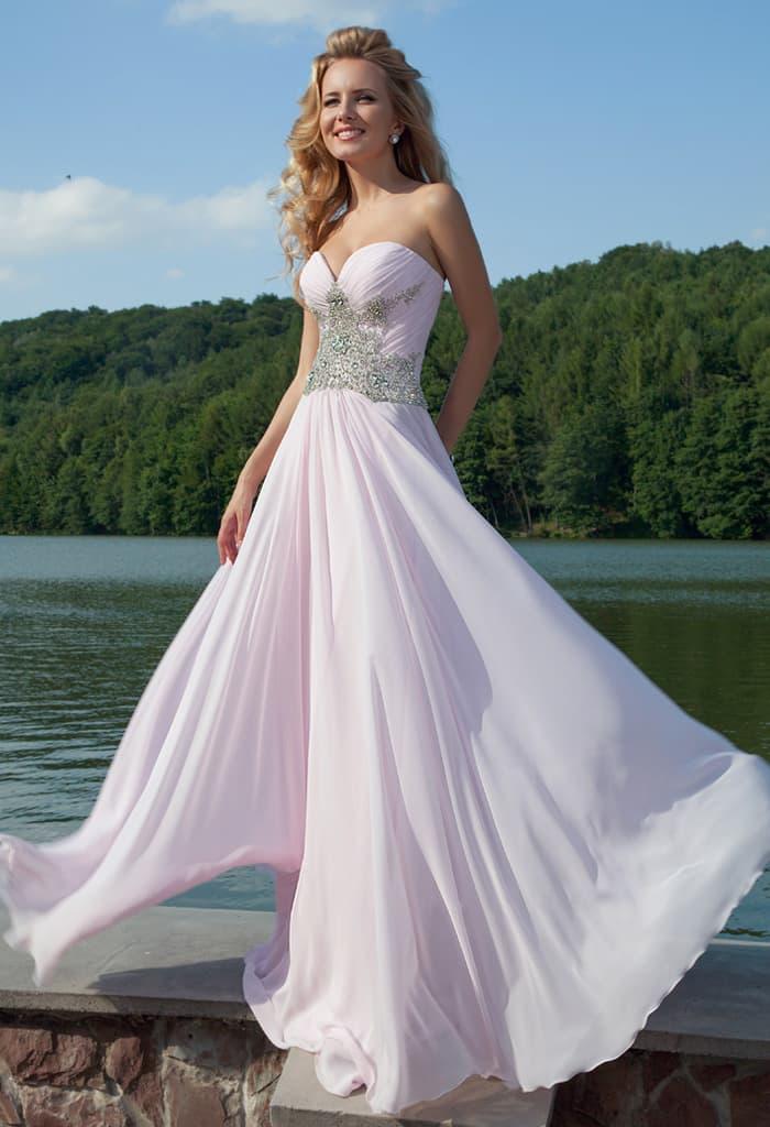 Нежно-розовое вечернее платье прямого силуэта с роскошной вышивкой из стразов на корсете.