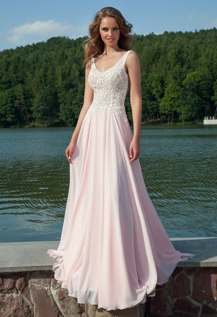 Романтичное вечернее платье розового цвета с юбкой прямого кроя и белым кружевом на лифе с бретелями.